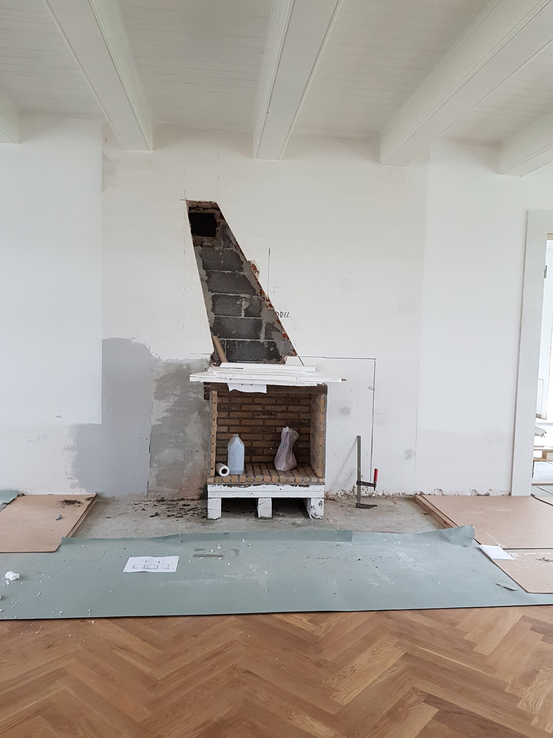 Pejsen mures op med ildfaste mursten